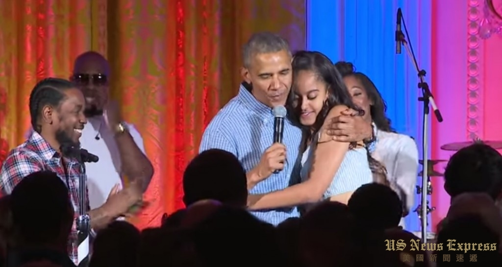 奥巴马总统为女儿唱生日快乐歌 。