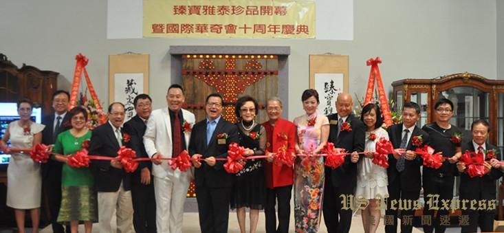 蒙特利公园市市议员梁乔汉(右2)向薛浩虎(左2)、陆正平(右1)和王勇(左1)颁赠贺状