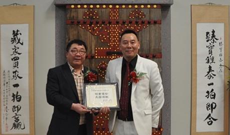曹新(左)向薛浩虎颁赠贺状  孙卫赤摄