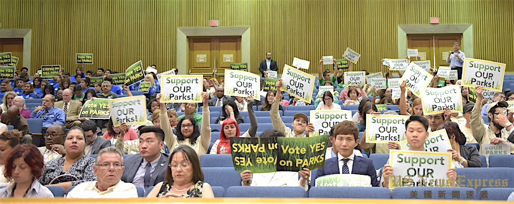 会议现场,上百民众前来支持增税。庞可阳摄