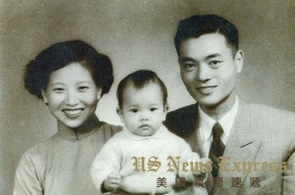 赵锡成、朱木兰夫妇与1岁的赵小兰。赵小兰官网图