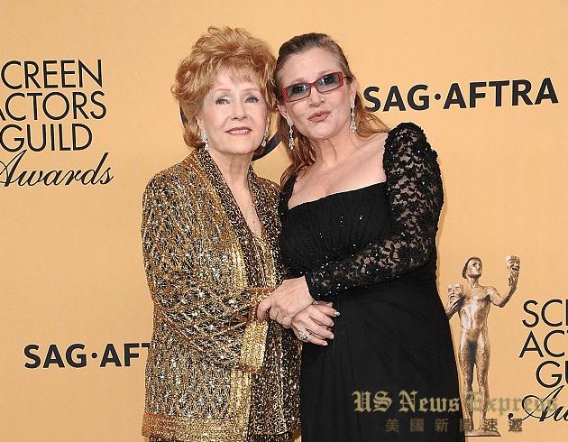 费雪与母亲雷诺兹出席演员工会奖。FilmMagic图