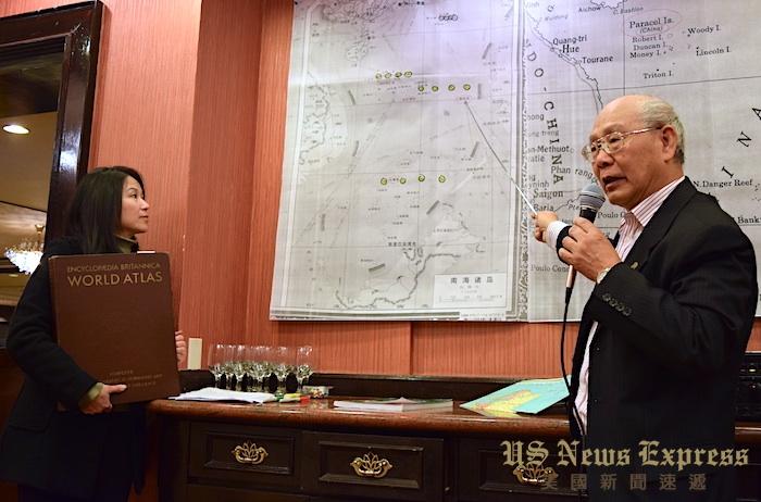 陈灿培(右)介绍他在《大英百科全书世界地图》中的发现。庞可阳摄