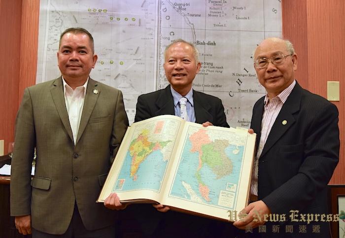 罗省中华会馆现任监事长吴玉熙(中)、前任副主席李锦生(左)都前来支持陈灿培(右)。庞可阳摄