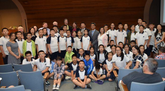 西科维纳市议会於7月17日例行议会中欢迎到访的北京丰台区青少年访问团。钱美臻摄