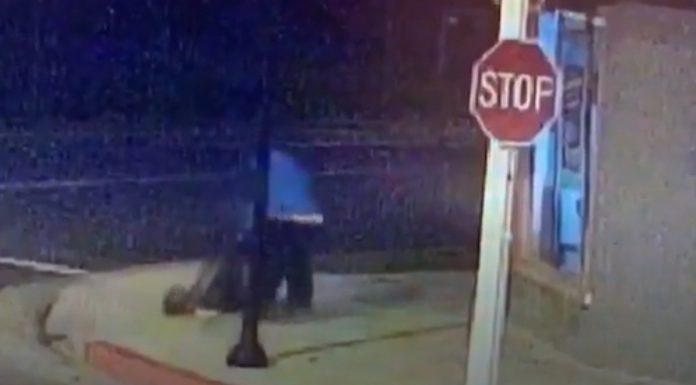 男子抓住少女的脚,拖她进小巷内。视频截图